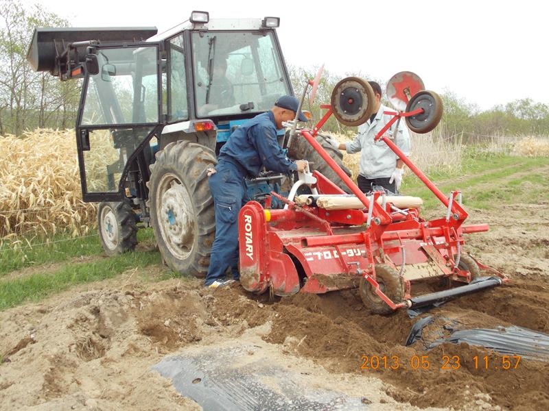 トラクターの位置を調整しながら、なんとか取り外し。
