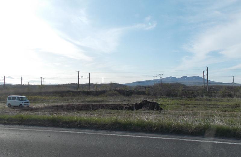 肥料の山とおなじみの軽ワゴン。